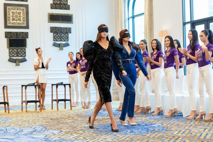 Vũ Thu Phương và Võ Hoàng Yến trổ tài catwalk đúng chuẩn hoa hậu với bịt mắt.