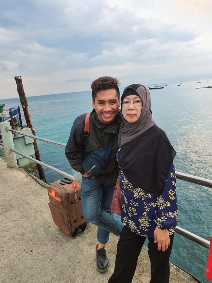 Hai mẹ con trên chuyến du lịch đảo Tioman...