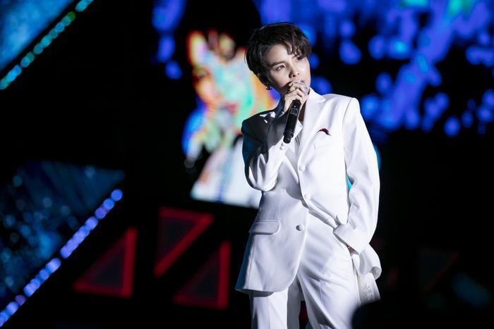 Ca khúc Dõi theo được Vũ Cát Tường lần đầu mang lên sân khấu quốc tế.