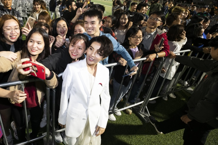 Một số sinh viên Việt Nam tại Hàn Quốc cũng đã có mặt để ủng hộ nữ ca sĩ.
