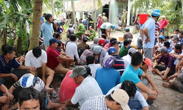 Gần 100 người bị bắt quả tang đá gà ăn tiền. Ảnh: báo Pháp Luật TP.HCM