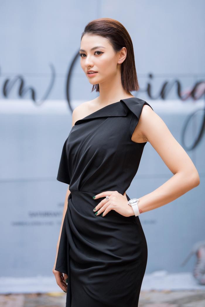 Hồng Quế đẹp kiêu kỳ trong chiếc váy đen bất đối xứng.