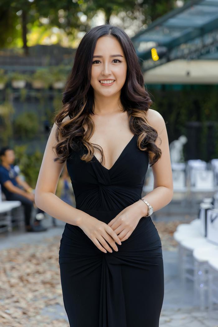 Mai Phương Thúy diện váy ôm sát xẻ ngực sâu,thân hình như vệ nữ