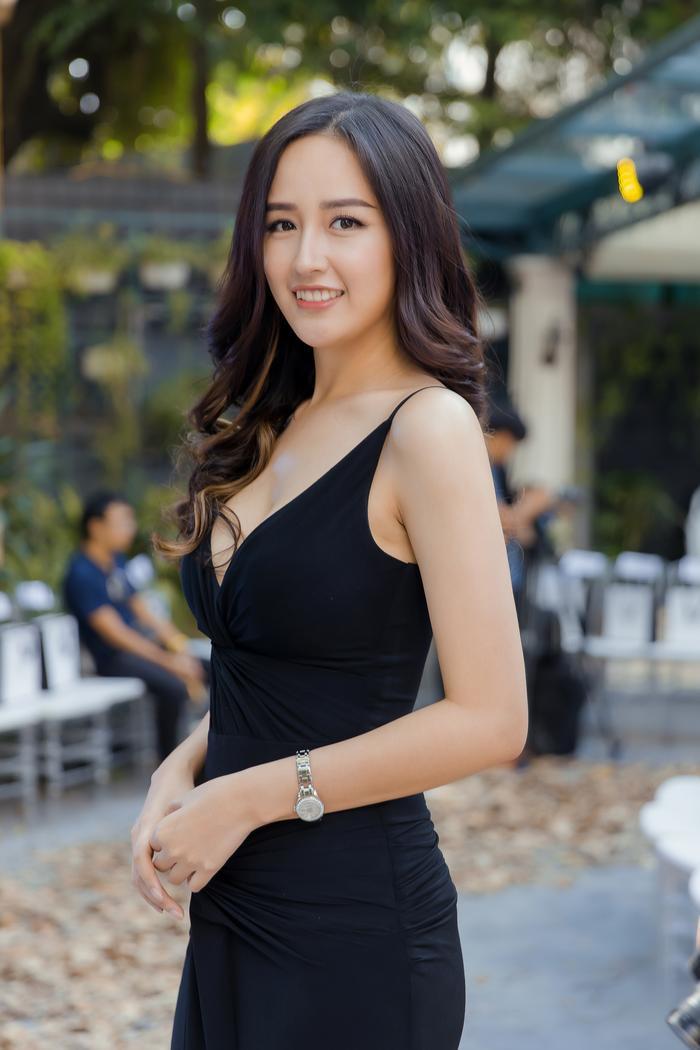 Mai Phương Thúy diện váy ôm sát xẻ ngực sâu khoe trọn vẹn thân hình như vệ nữ ảnh 1