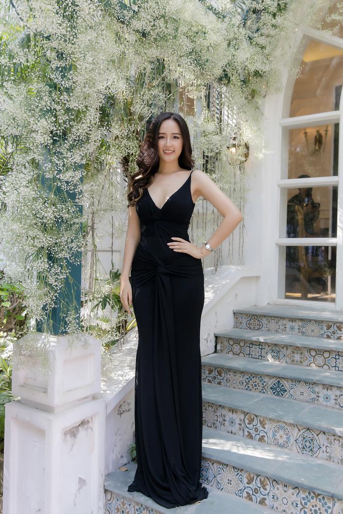 Mai Phương Thúy diện váy ôm sát xẻ ngực sâu khoe trọn vẹn thân hình như vệ nữ ảnh 2