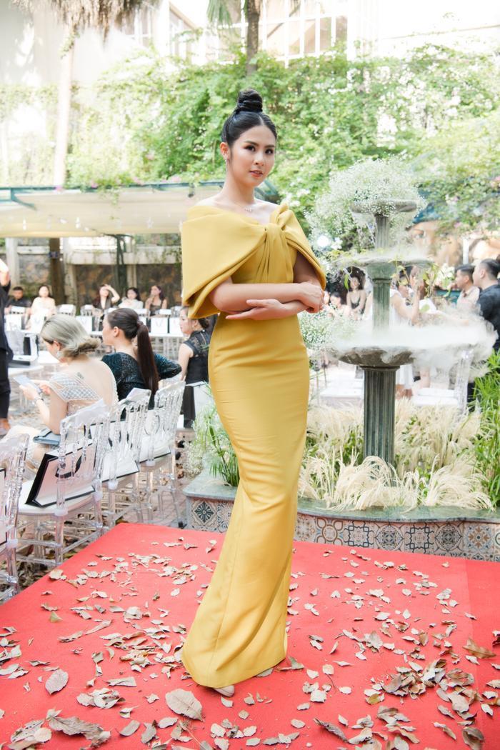 Hoa hậu Ngọc Hân trở thành tâm điểm khi thay hai bộ váy trong sự kiện. Đầu tiên là thiết kế tông màu cam rực rỡ.