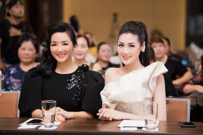 Người đẹp đền Hùng Giáng My và Á hậu Tú Anh mỗi người mỗi vẻ, đều thu hút sự chú ý của quan khách tại sự kiện