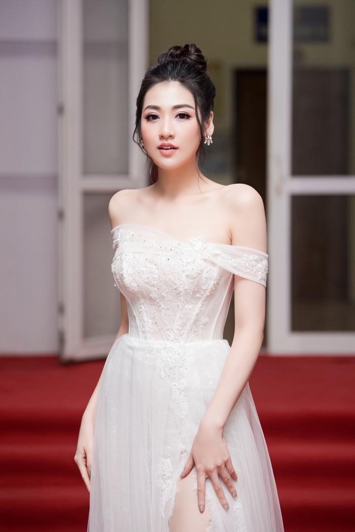 Tú Anh hóa thành 'công chúa' khi diện chiếc đầm trắng thướt tha khoe đôi vai trần gợi cảm