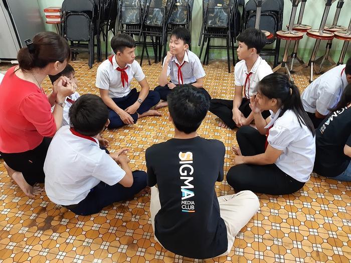 Các em chia nhóm cùng nhau giao lưu, ôn bài, hỏi đáp về kiến thức đã học