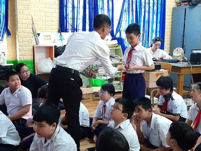 49 trẻ được chia ra làm 4 lớp như bình thường, phù hợp với từng đối tượng khác nhau giúp các em thoải mái với không khí cũ