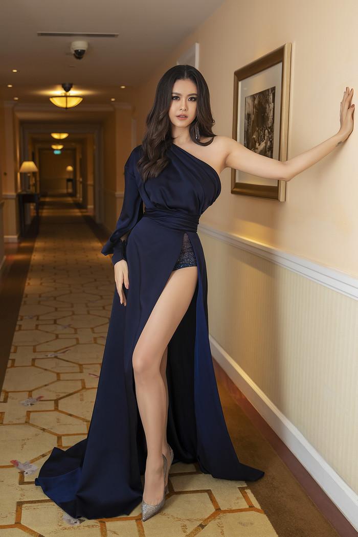 Chiếc váy xẻ cao, bất đối xứng và đính kết phần quần mang đến nét sang trọng, gợi cảm cho Trương Quỳnh Anh. Đặc biệt, khó có thể bỏ qua kiểu trang điểm đậm, nhấn nhá đôi mắt cực sắc của người đẹp.