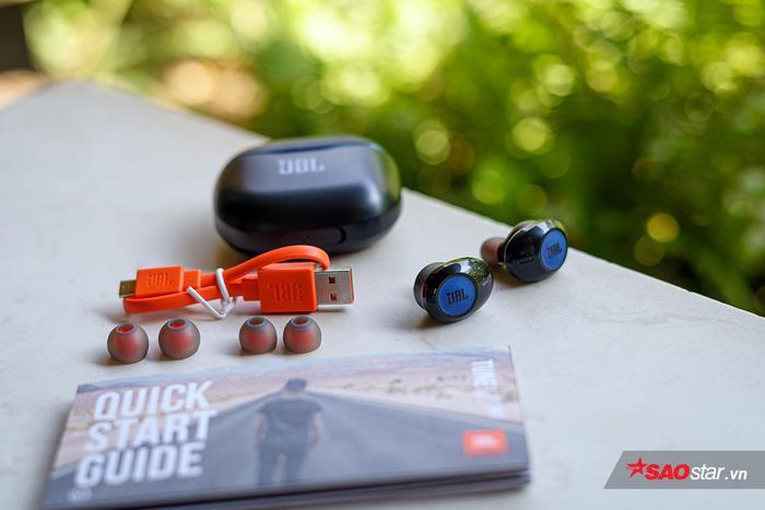 Bên trong hộp tai nghe, người dùng sẽ có cáp sạc microUSB, sách hướng dẫn sử dụng và hai bộ nút tai nghe cùng với đó tai nghe và hộp đựng.