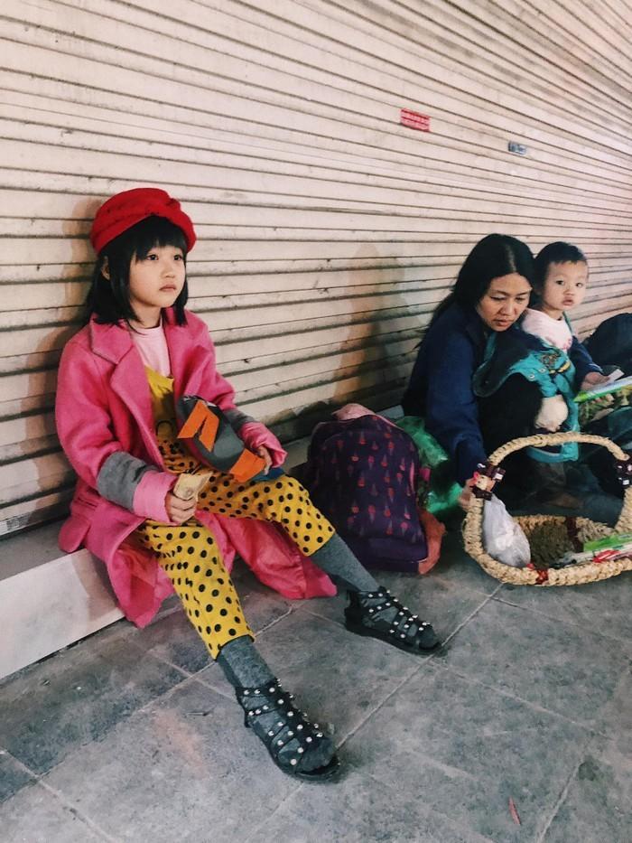 Cô bé vô gia cư trên vỉa hè Hà Nội tự phối đồ cực chất từ quần áo cũ vứt đi và giấc mơ trở thành người mẫu sắp trở thành hiện thực ảnh 0