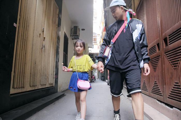 Anh Hữu Anh đã hướng dẫn bé Hoàng Anh tập đi catwalk, tạo dáng.