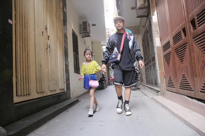Cô bé vô gia cư trên vỉa hè Hà Nội tự phối đồ cực chất từ quần áo cũ vứt đi và giấc mơ trở thành người mẫu sắp trở thành hiện thực ảnh 3