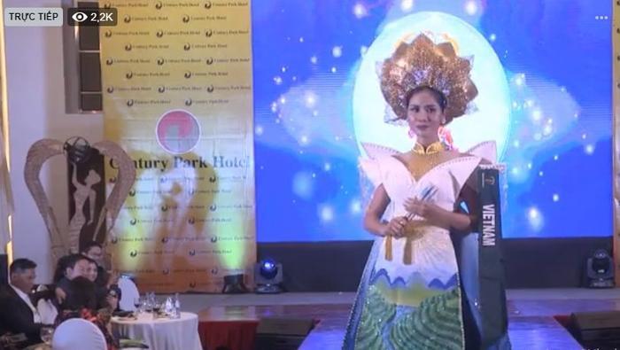 Hình ảnh Hoàng Hạnh tự tin với trình diễn trang phục dân tộc trên sân khấu Miss Earth.