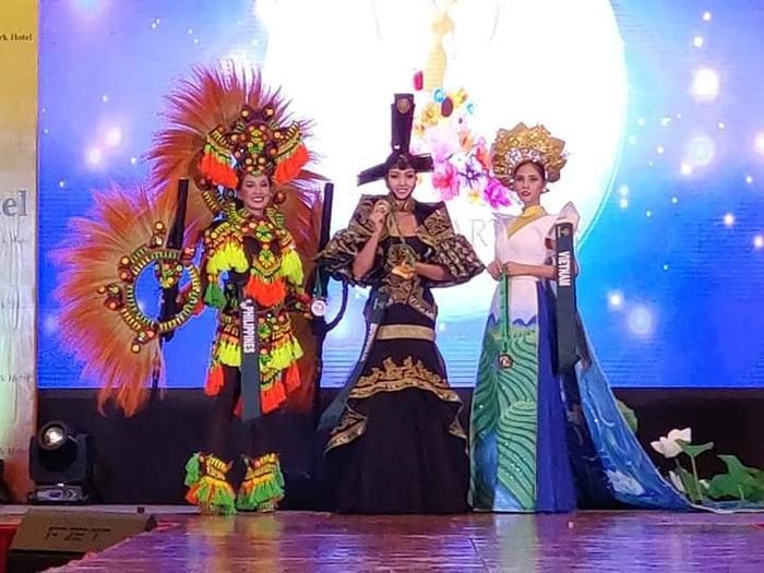 Hoàng Hạnh xuất sắc giành giải đồng phần thi National Costume.