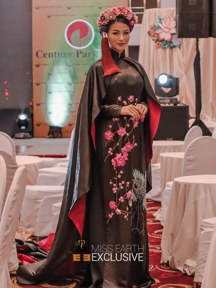 Phương Khánh lập tức thu hút ống kính truyền thông với bộ trang phục lộng lẫy và bắt mắt.