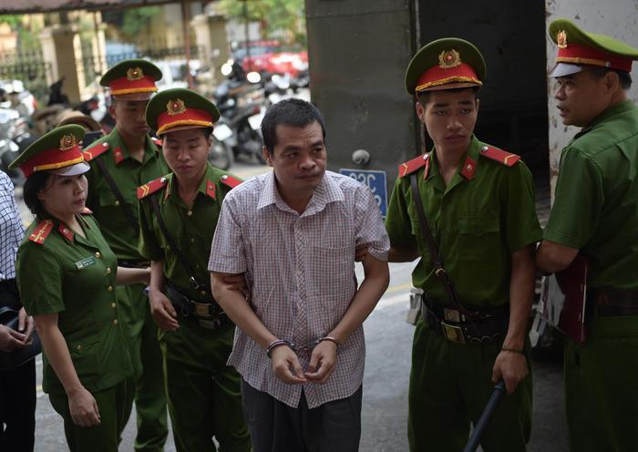 Dẫn giải bị cáo Nguyễn Thanh Hoài. Ảnh: báo Dân Việt.