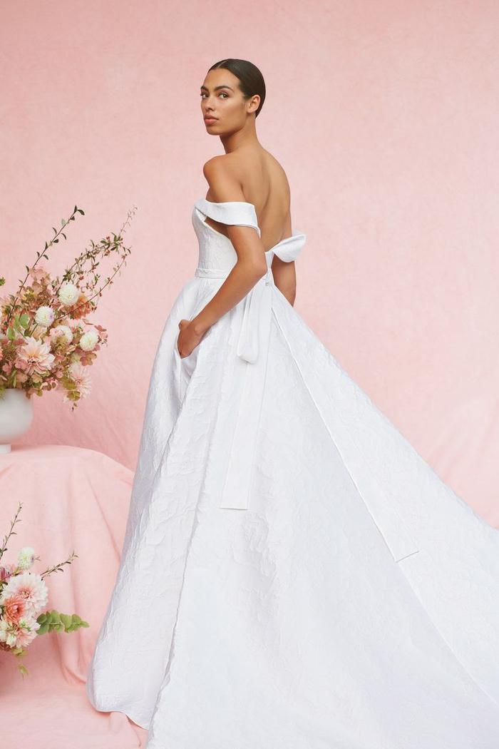 những mẫu váy cưới đẹp nhất trên sàn catwalk thu đông 2019, ai ngắm cũng mơ làm cô dâu ảnh 24