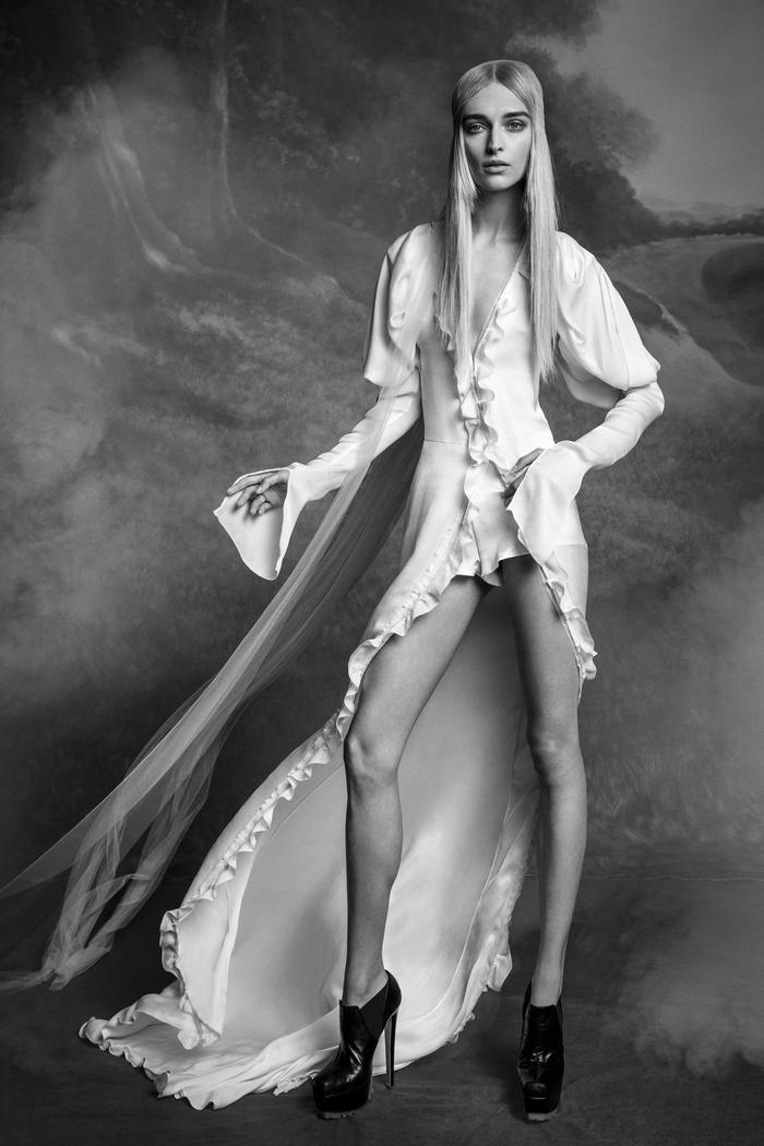 những mẫu váy cưới đẹp nhất trên sàn catwalk thu đông 2019, ai ngắm cũng mơ làm cô dâu ảnh 5
