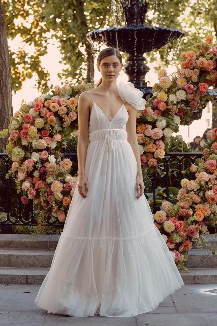 những mẫu váy cưới đẹp nhất trên sàn catwalk thu đông 2019, ai ngắm cũng mơ làm cô dâu ảnh 0