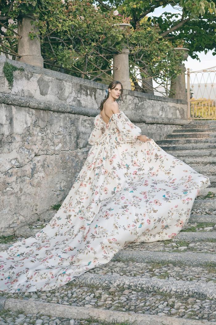 những mẫu váy cưới đẹp nhất trên sàn catwalk thu đông 2019, ai ngắm cũng mơ làm cô dâu ảnh 9
