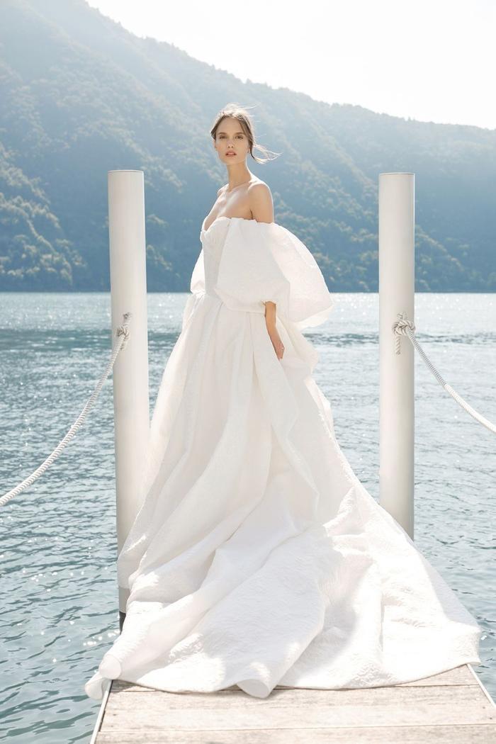 những mẫu váy cưới đẹp nhất trên sàn catwalk thu đông 2019, ai ngắm cũng mơ làm cô dâu ảnh 10