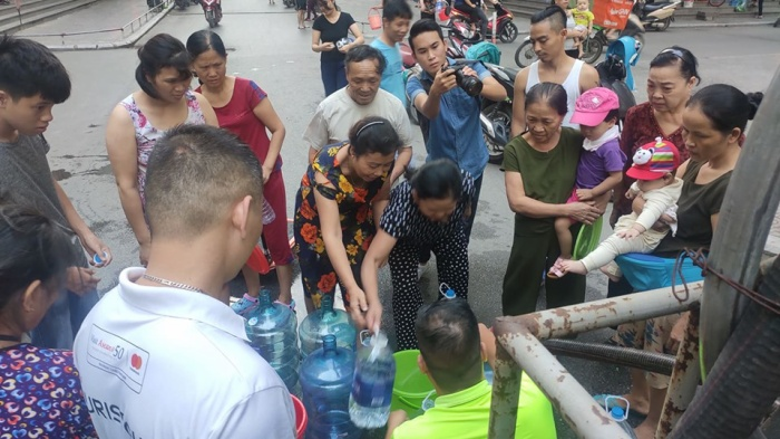 Chỉ trong vòng chưa đầy 5 giờ, Công ty Nước sạch Hà Nội đã nhận trên 2000 cuộc điện thoại đề nghị xin hỗ trợ, xe cấp nước phục vụ trắng đêm ảnh 2