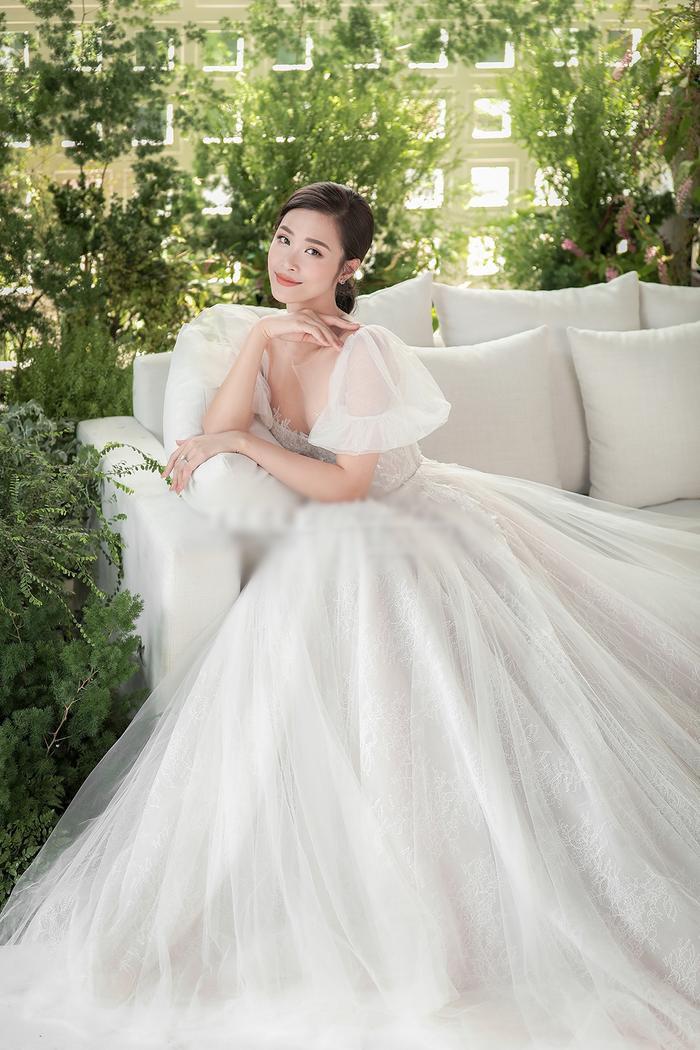 Chiếc váy xòe bồng bềnh với nhiều lớp voan và phần tay phồng được Đông Nhi yêu thích.