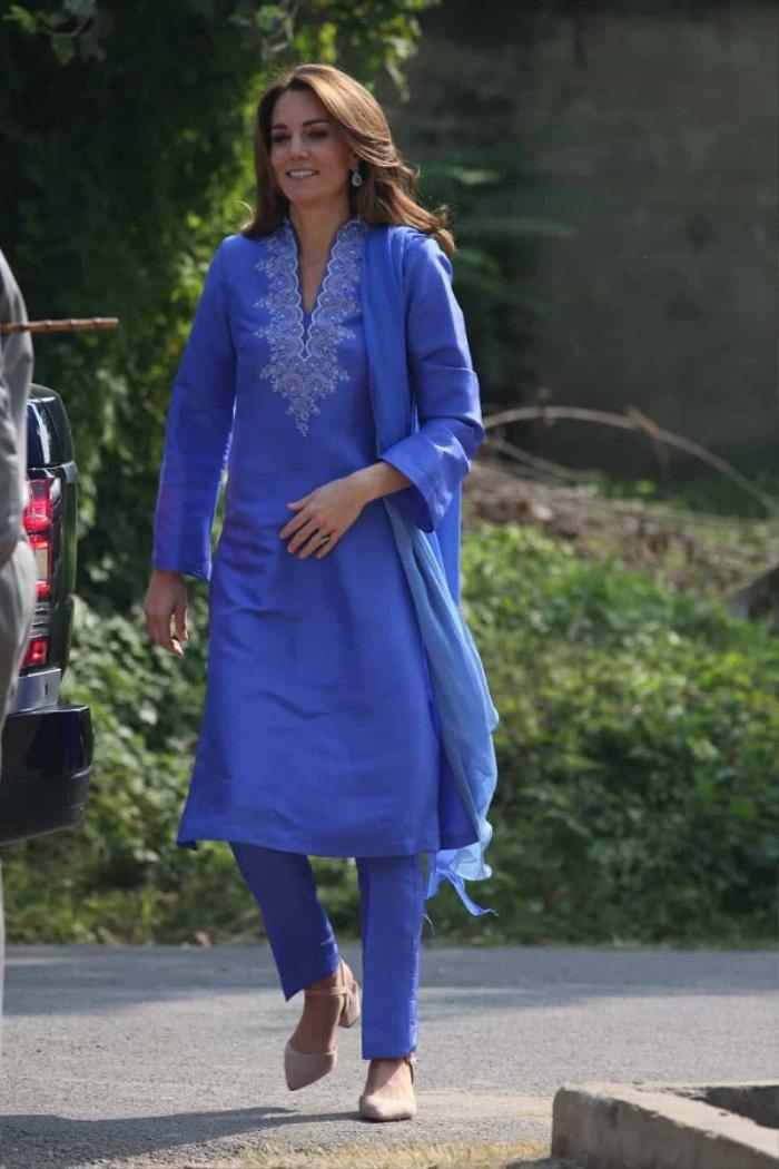 Công nương Kate diện đầm xanh giống mẹ chồng Diana khi đến Pakistan