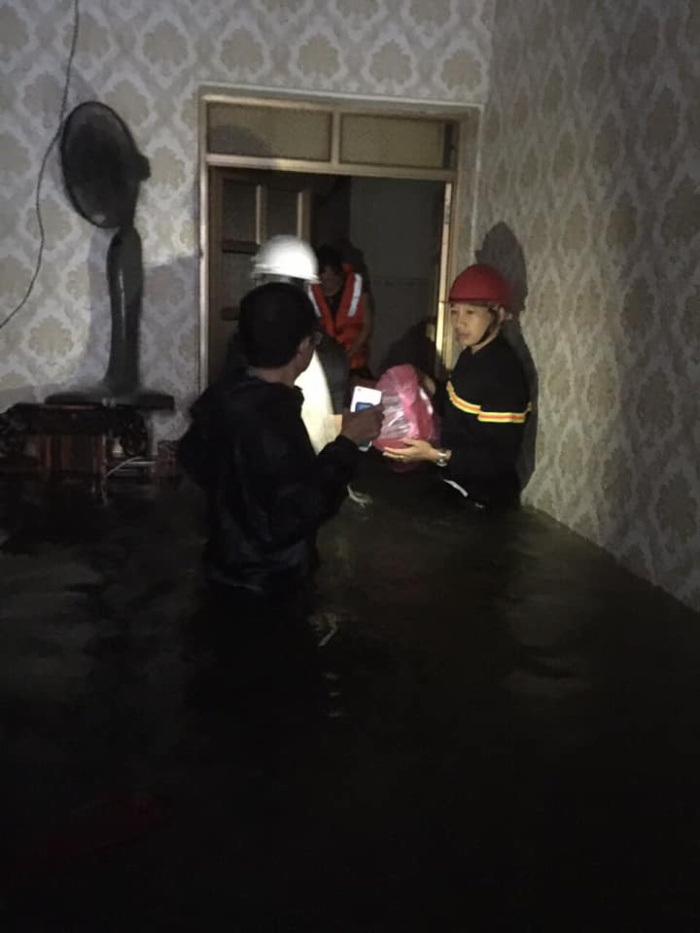 Hai mẹ con không biết bơi nên đành phải ở trong nhà