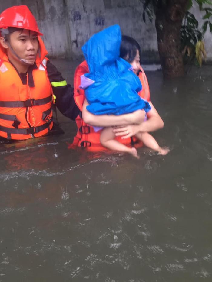 Lực lượng cứu hộ đưa cháu bé ra ngoài
