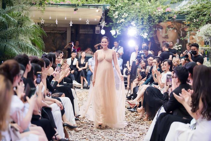 Siêu mẫu Phương Mai vác bụng bầu 8 tháng tự tin sải bước catwalk
