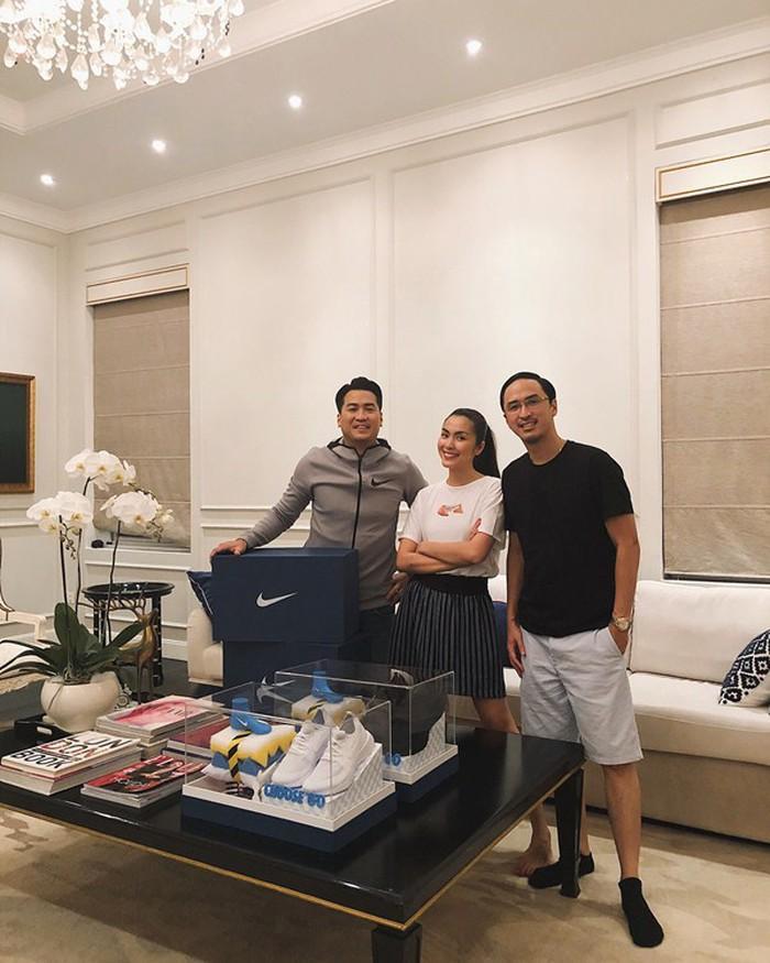 Tăng Thanh Hà , chồng (bên phải) cùng em chồng (bên trái)