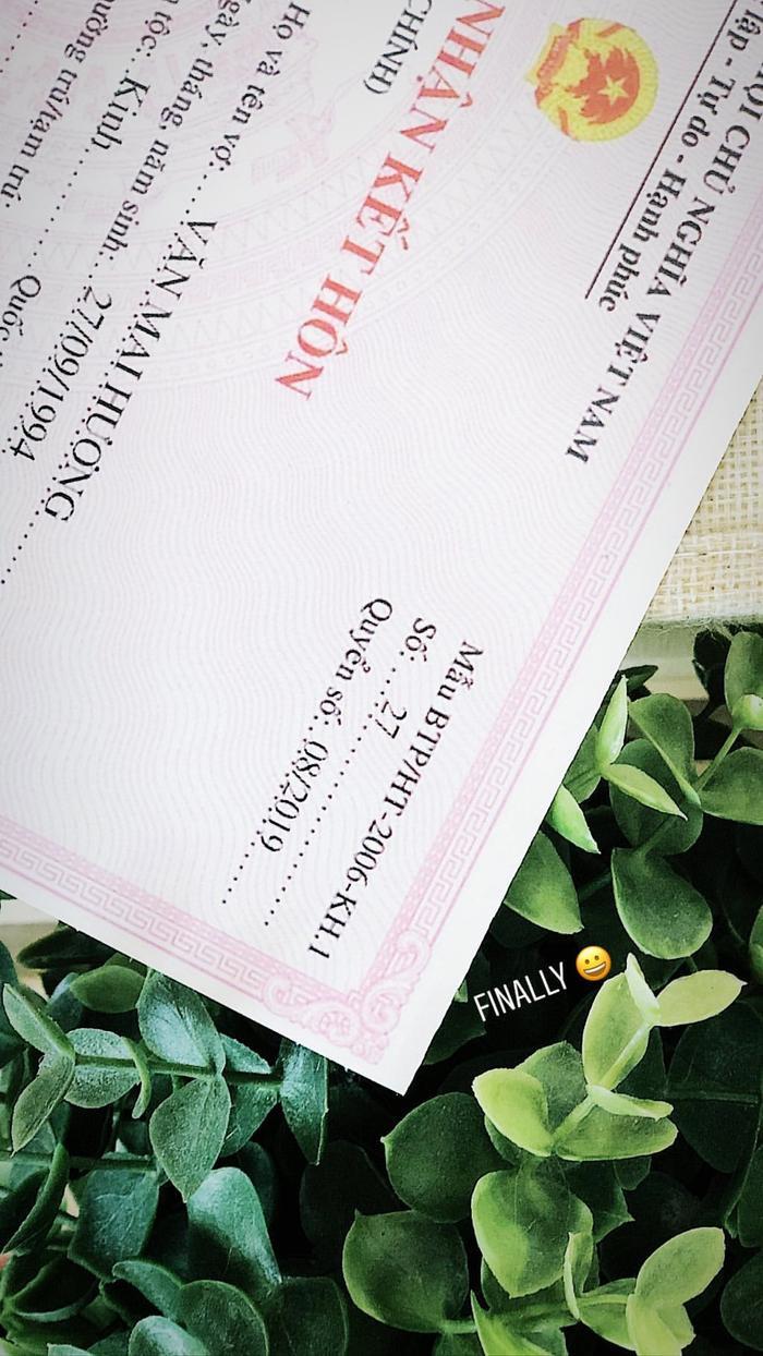 Văn Mai Hương bất ngờ hé lộ một góc giấy chứng nhận kết hôn trên Instagram cá nhân.