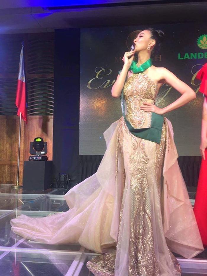 Cơn bão huy chương ập đến Hà Thu vào mùa giải Miss Earth 2017 cùng thành tích Top 16 chung cuộc. Bộ váy thiết kế áo yếm lấp lánh này cũng giúp đại diện Việt Nam giành Huy chương đồng Trang phục dạ hội.