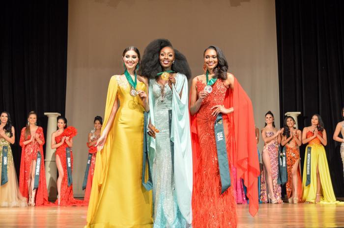 Trước đó, ở nhóm Khí (Air) ban tổ chức cũng đã tìm ra Top 3 Trang phục dạ hội lần lượt thuộc về: Đại diện đến từ Ghana (HCV), Đại diện đến từ Mỹ (HCB) và HCĐ thuộc về Portugal.