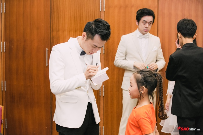 Thầy Dương Cầm cũng tranh thủ ký tặng cho một fan nhí dễ thương.