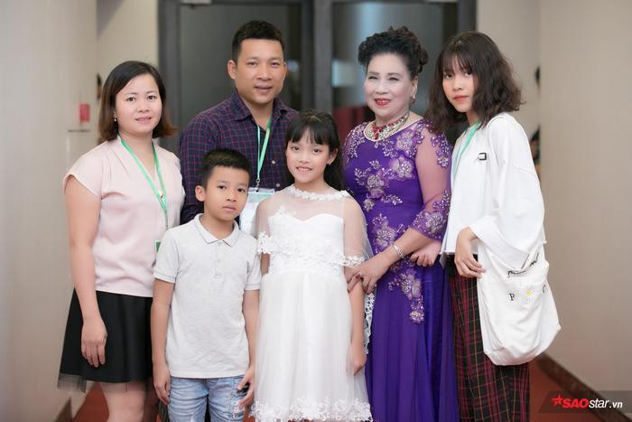 Cả đại gia đình đi theo cổ vũ Hồng Thúy.
