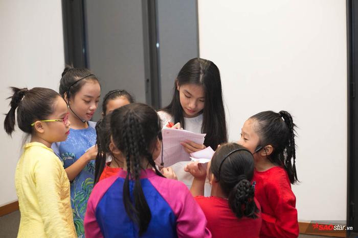 Cô bé Linh Đan thích thú khi được fan nhí vây chặt xin chữ ký.