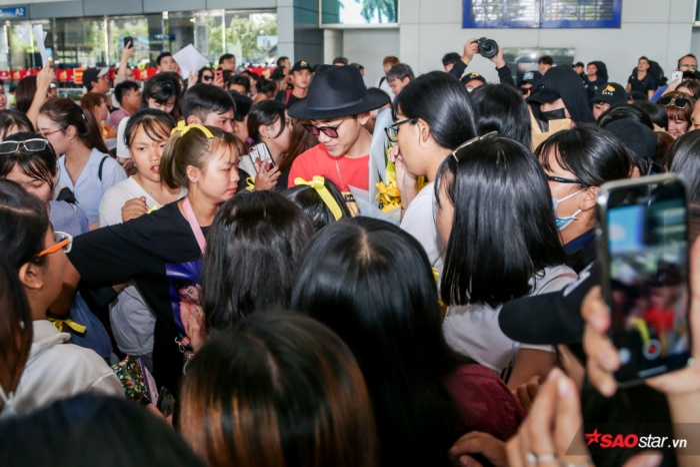 K-ICM và Jack xuất hiện tại sân bay trong sự bao vây của hàng trăm người hâm mộ.