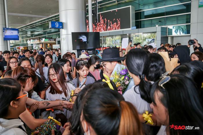 Chàng K-ICM lộ rõ sự vui mừng khi được các fan đón tiếp nồng nhiệt.