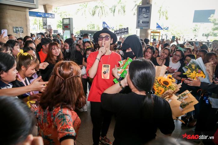 Với sự phấn khích của fan, K-ICM đã phải ra hiệu để các fan trật tự trong lúc chờ quà.