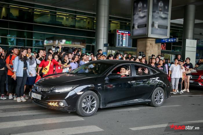 K-ICM thân thiện vẫy tay chào fan khi ra về.