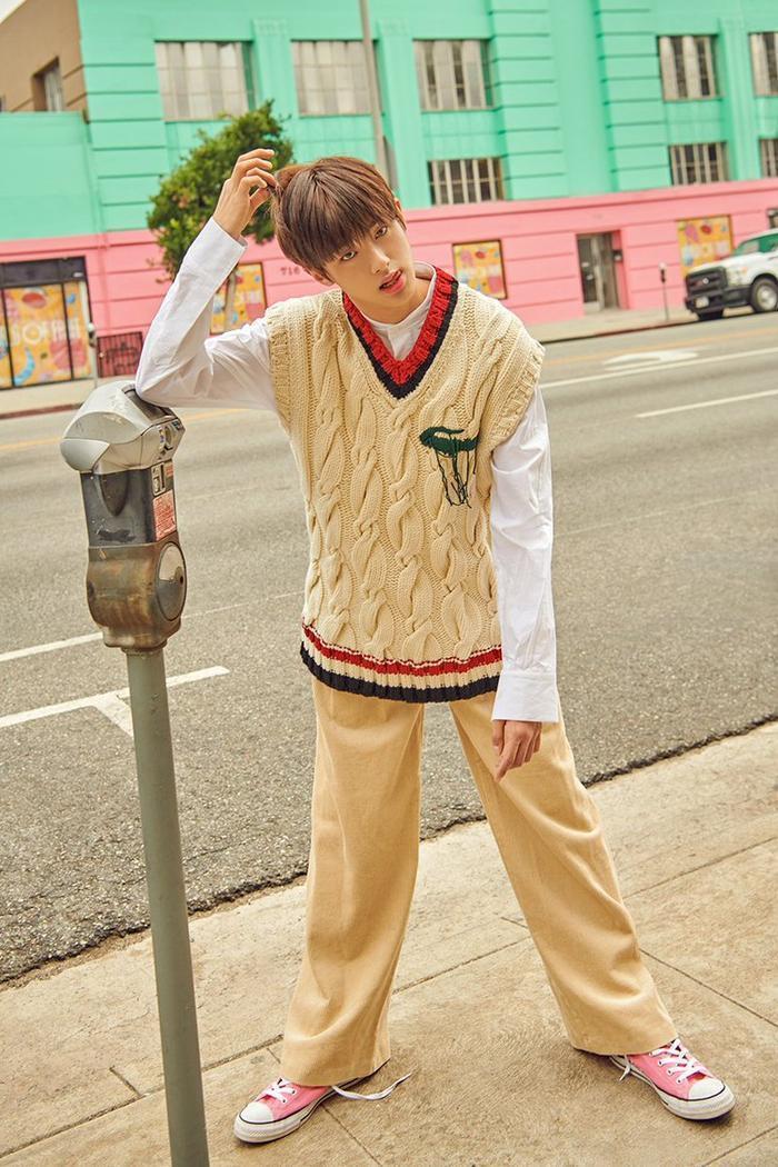 Ngoài ra, vẻ ngoài giản dị trên đường phố chàng khiến cho vẻ đẹp của Min Kyu trở nên tỏa sáng.
