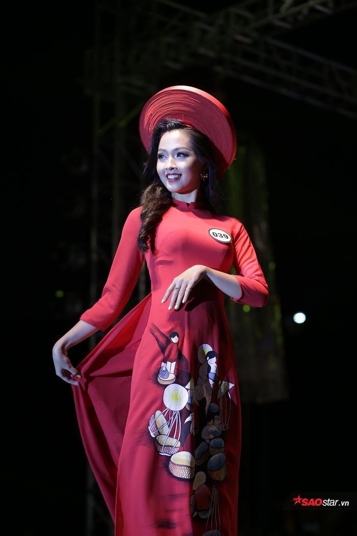 Nguyễn Khánh Ly duyên dáng trình diễn trang phục áo dài