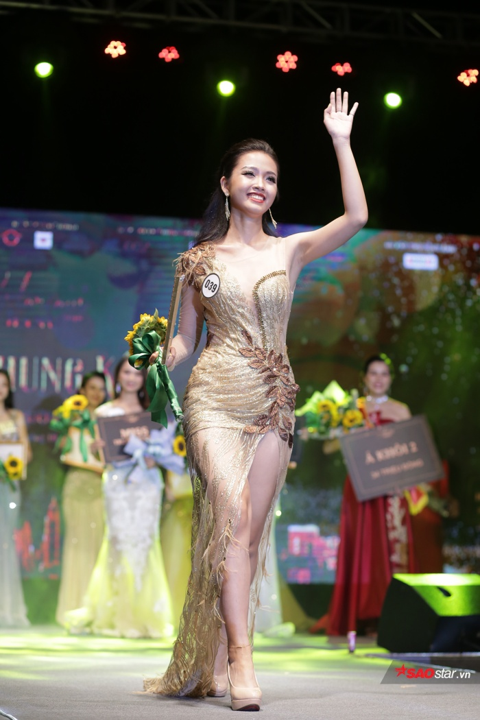 Nữ sinh trẻ tuổi nhất cuộc thi tự tin khi catwalk trong trang phục dạ hội lộng lẫy