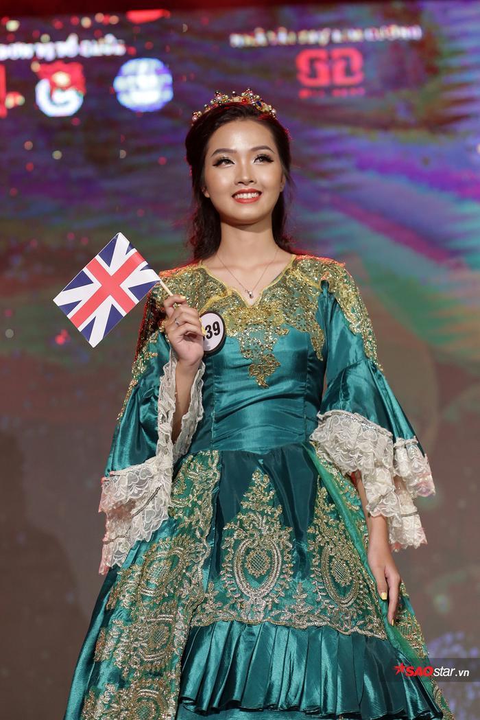 Trong màn trình diễn chào khán giả đầu đêm chung kết, Khánh Ly thể hiện bộ trang phục truyền thống của giới quý tộc nước Anh.