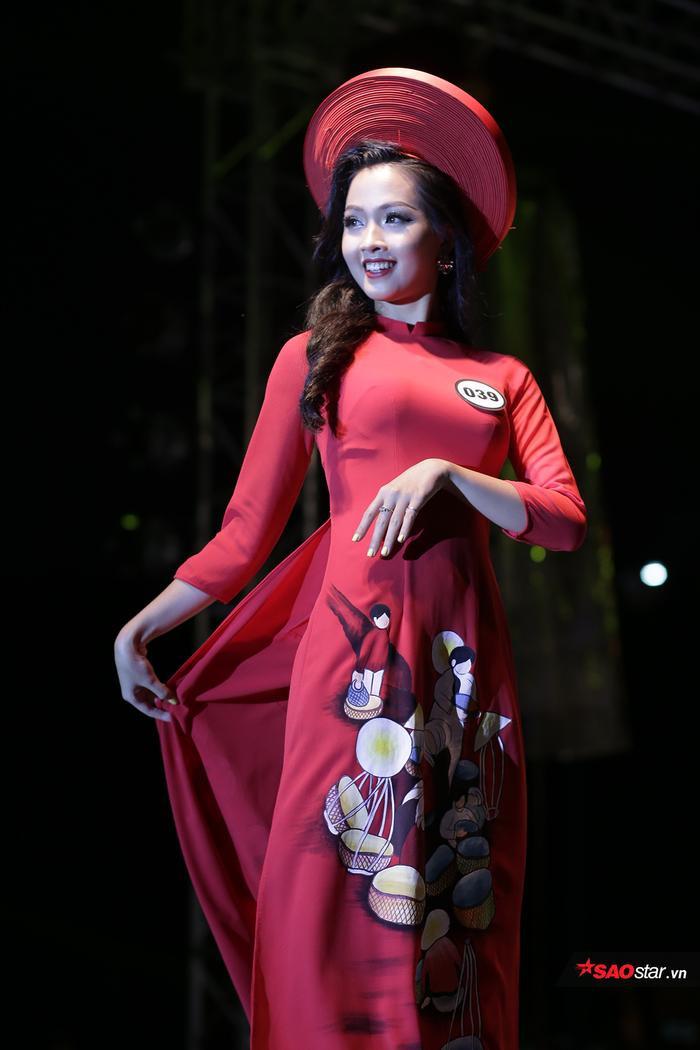 Trong đêm chung kết cuộc thi Hoa khôi của trường vừa qua, Khánh Ly đã xuất sắc vượt qua 10 thí sinh xinh đẹp để đăng quang ngôi vị tân hoa khôi.